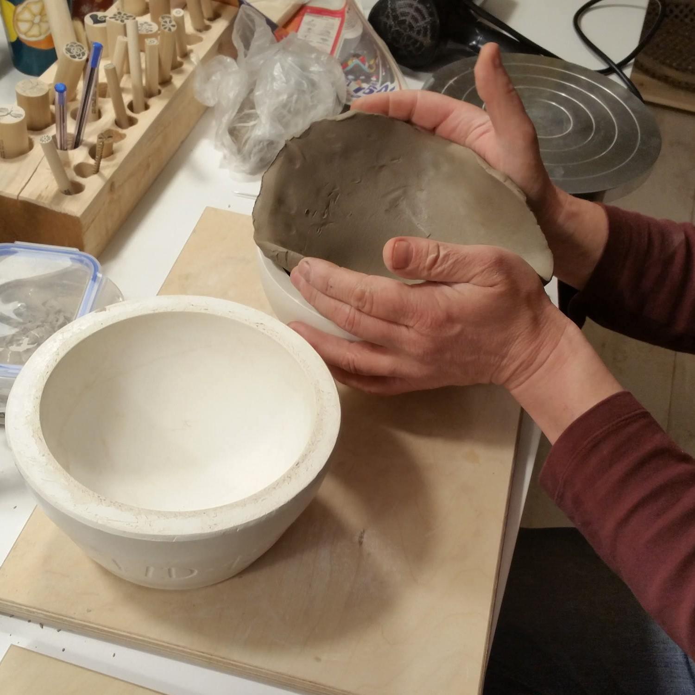 Tonplatte für Hinterkopf in Gipsform einlegen