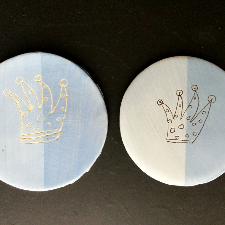 9045 Engobe Hellblau, je links unglasiert, rechts glasiert
