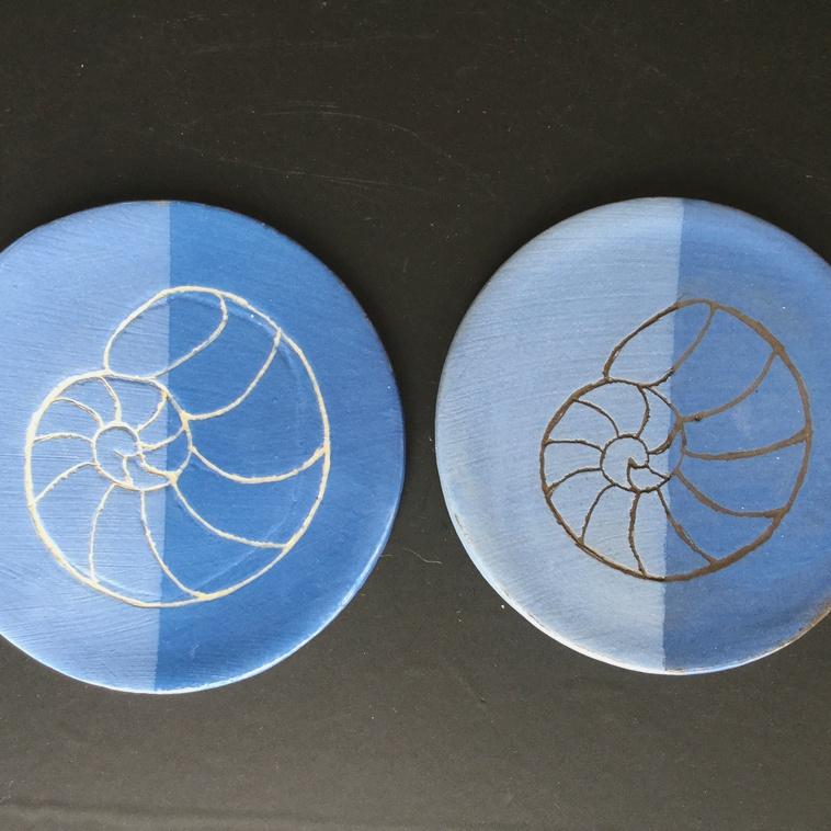 9046 Engobe Mittelblau, je links unglasiert, rechts glasiert
