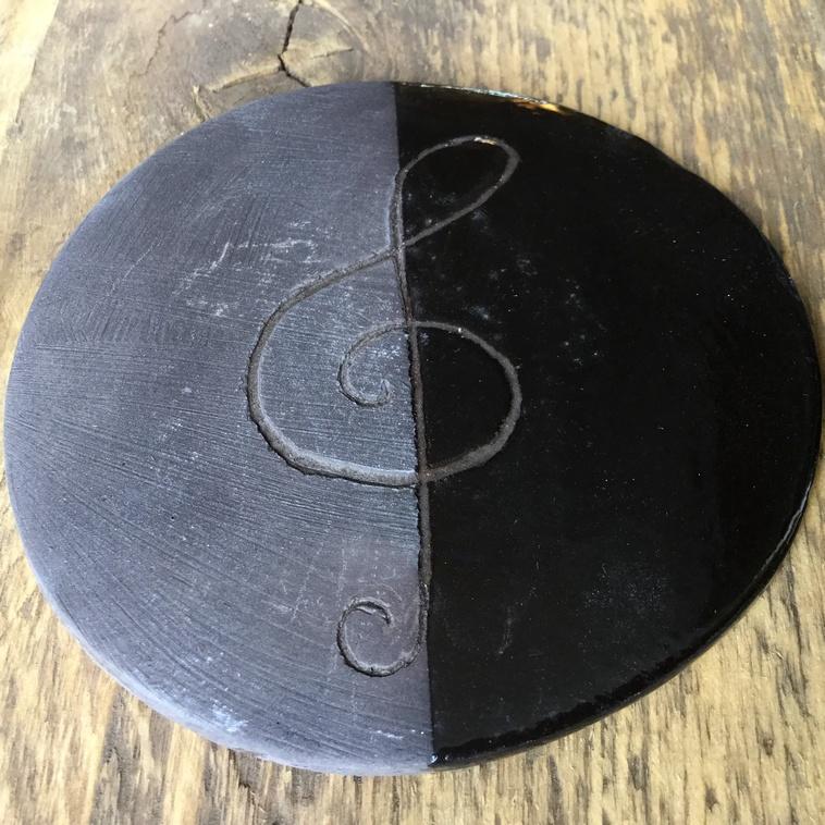 9048 Engobe Schwarz auf dunklem Ton, links unglasiert rechts glasiert