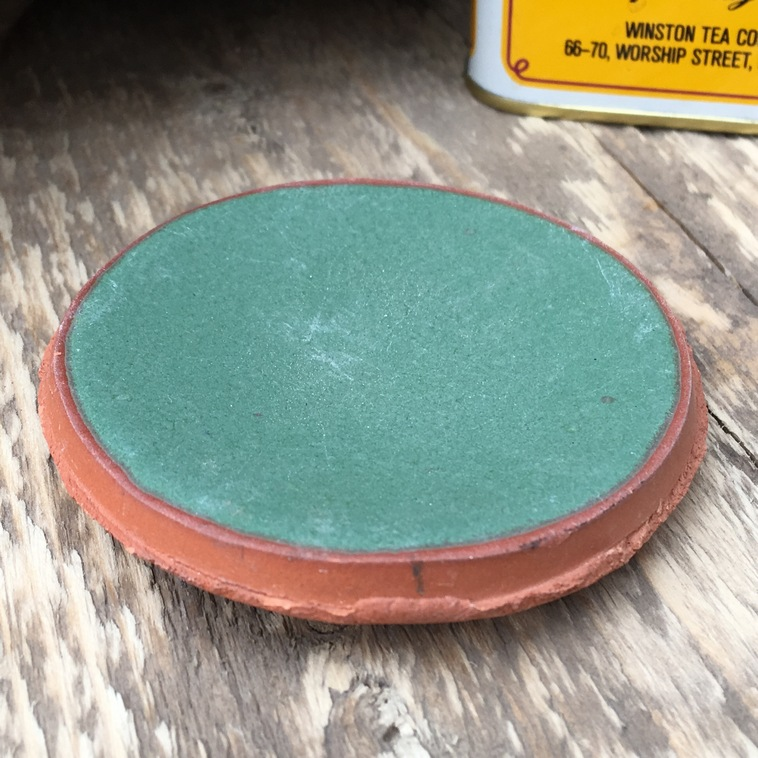 Plättchen aus rotem Ton, 9103 Lindgrün