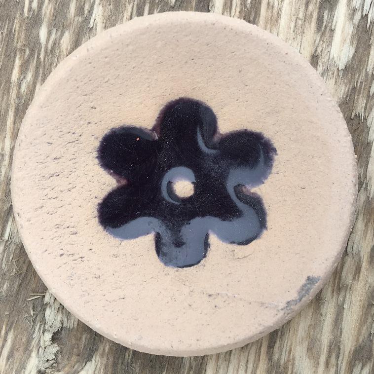 Scheibe mit Blumenrelief, 9562 Aubergine